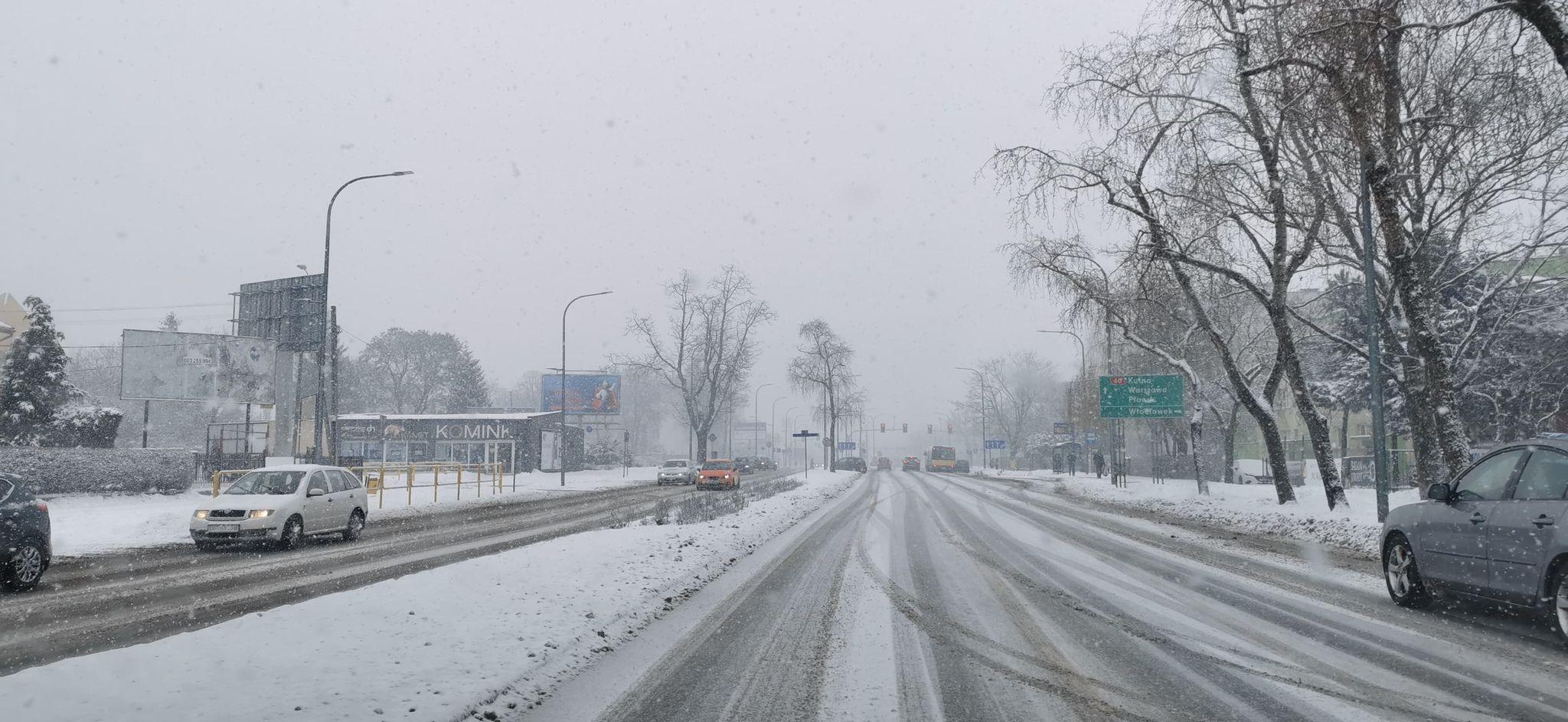 Intensywne opady śniegu utrudniają ruch. Drogowcy pracują, autobusy mają opóźnienia - Zdjęcie główne