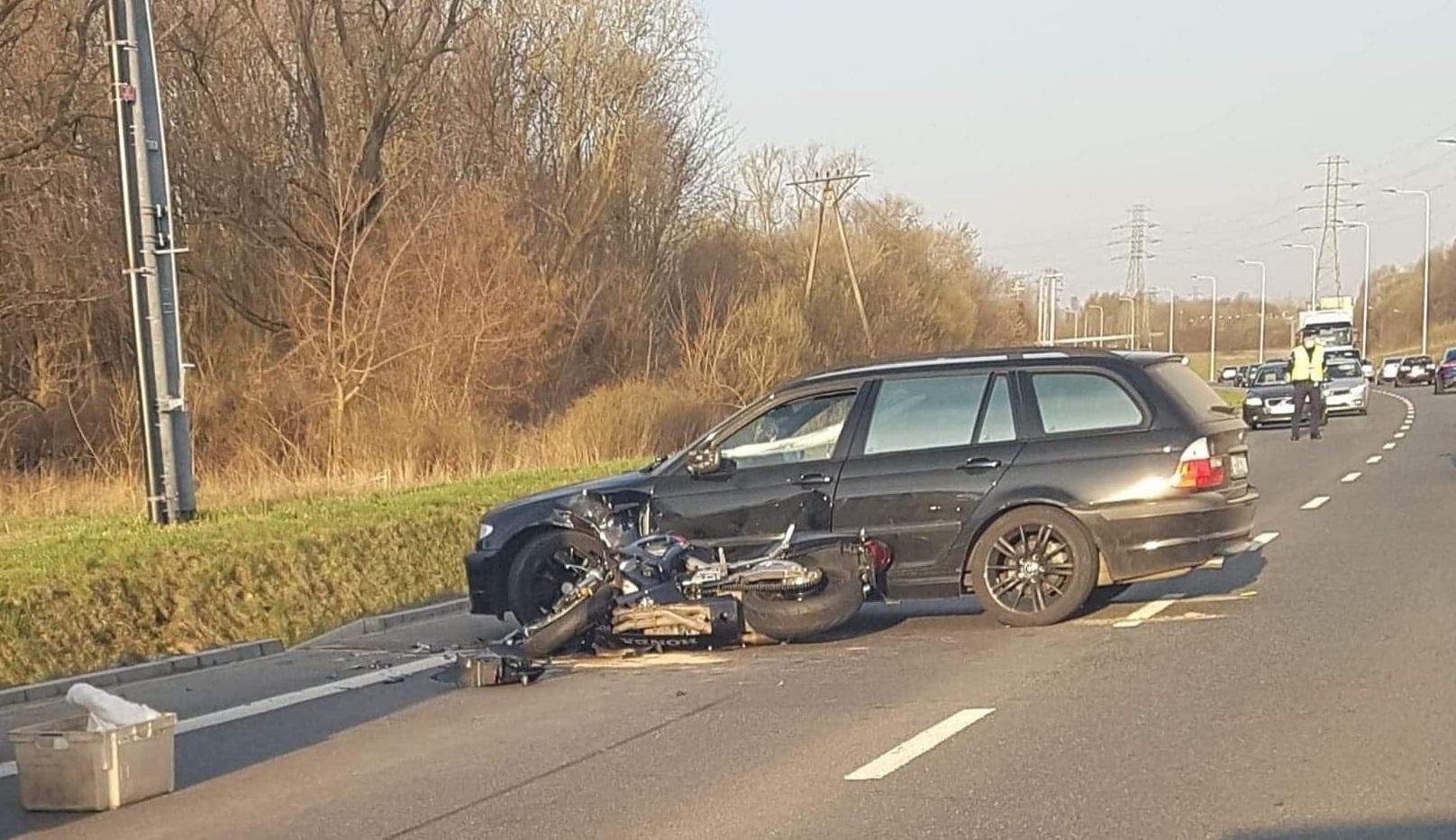 Wypadek na obwodnicy. Osobówka wjechała w motocykl - Zdjęcie główne