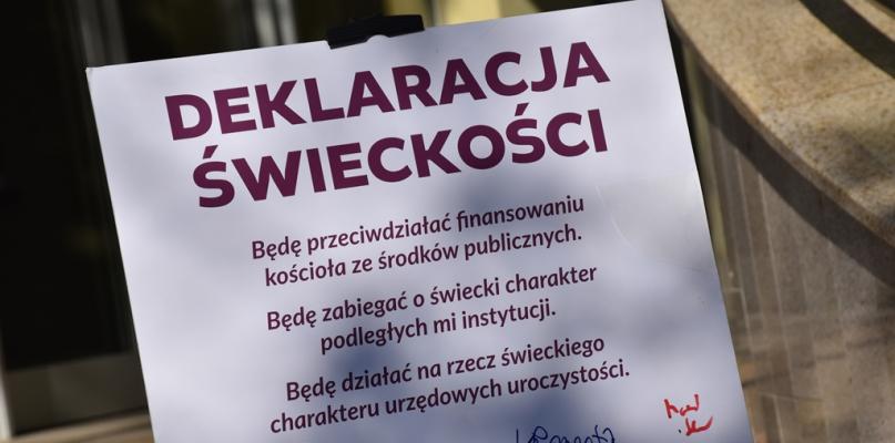 Deklaracja świeckiego samorządu. Bez krzyża w szkole i księży na uroczystościach - Zdjęcie główne