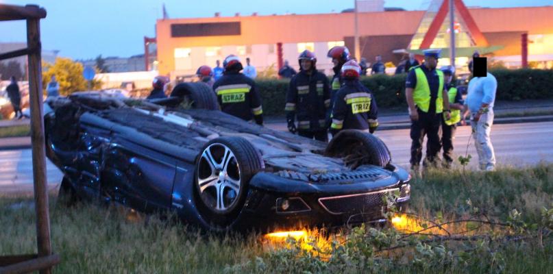 Na Wyszogrodzkiej dachowało auto [FOTO I WIDEO] - Zdjęcie główne