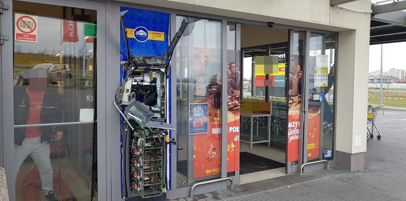 Wysadzono i okradziono bankomat przy markecie - Zdjęcie główne