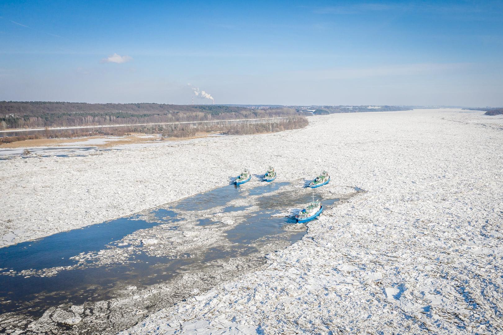 Lodołamacze kontynuują pracę. Kruszą lód i puszczają go przez zaporę we Włocławku  - Zdjęcie główne