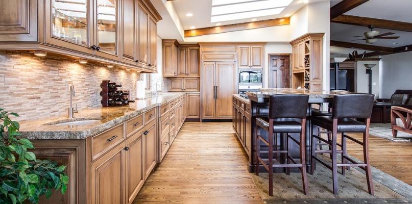 Jadalnia otwarta na kuchnię – jak ją urządzić, aby zachwycała? - Zdjęcie główne