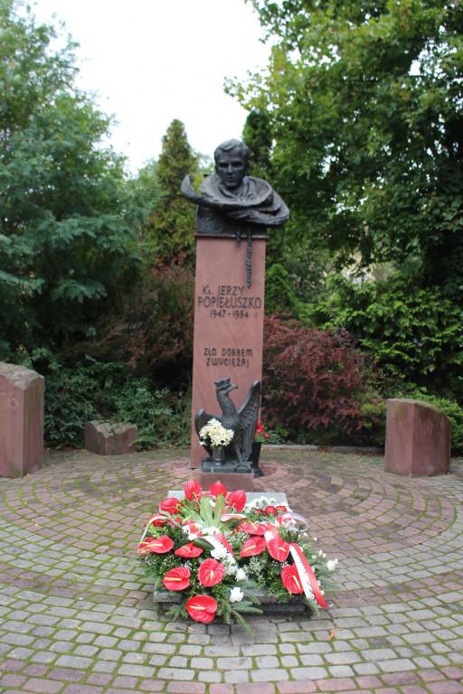 Złożyli kwiaty pod pomnikiem ks. Jerzego Popiełuszki - Zdjęcie główne