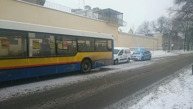Kolizja z autobusem w centrum [FOTO] - Zdjęcie główne