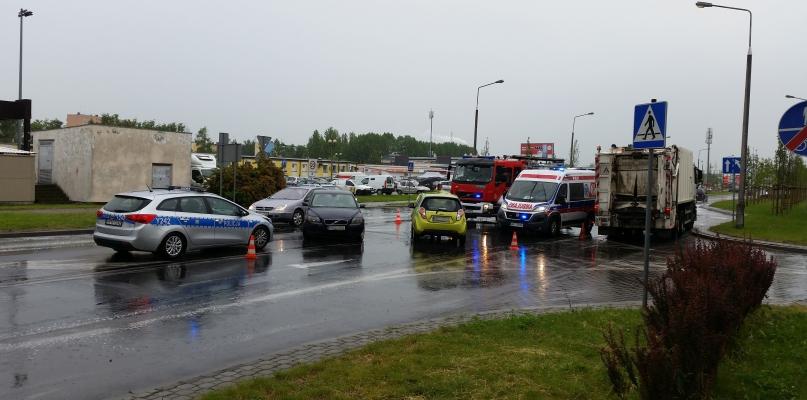 Zderzenie aut przy wyjeździe z parkingu centrum handlowego - Zdjęcie główne