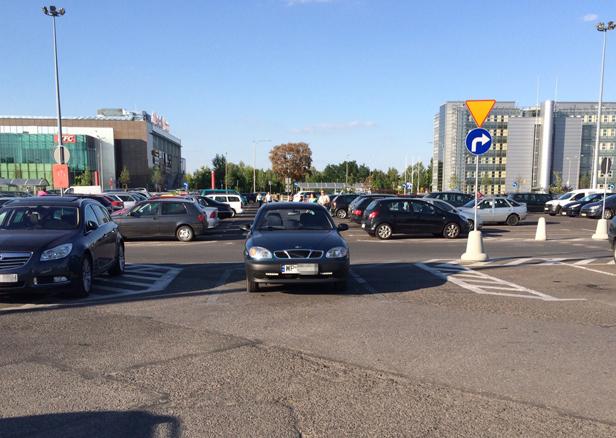 Oto jak można zaparkować przy Auchan - Zdjęcie główne