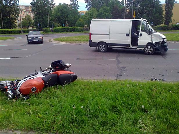 Na Piłsudskiego fiat uderzył w motocykl[foto] - Zdjęcie główne