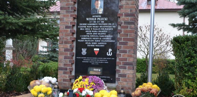 Pamiętają o bohaterach. Kwiaty na płockich grobach - Zdjęcie główne