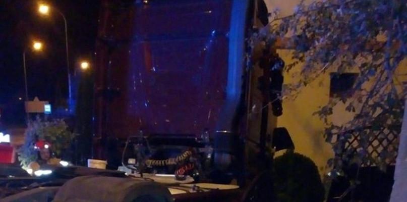 Samochód ciężarowy uderzył w dom [FOTO] - Zdjęcie główne