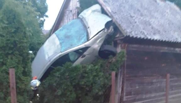 Kaskaderskie ewolucje w Wykowie. Samochód wbił się w budynek [ZDJĘCIA] - Zdjęcie główne