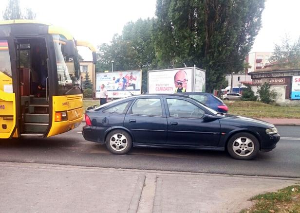 Autobus najechał na opla [FOTO] - Zdjęcie główne