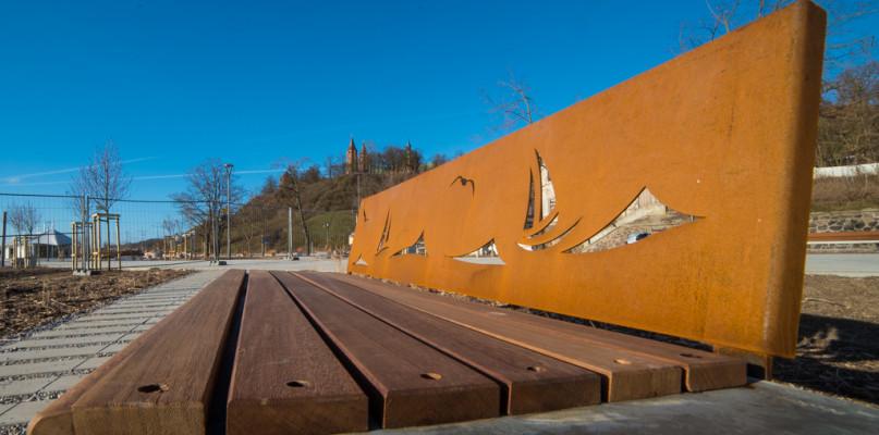 Czytelnik o nabrzeżu: Brzegi zarośnięte, oparcia nowych ławek pokryte rdzą - Zdjęcie główne