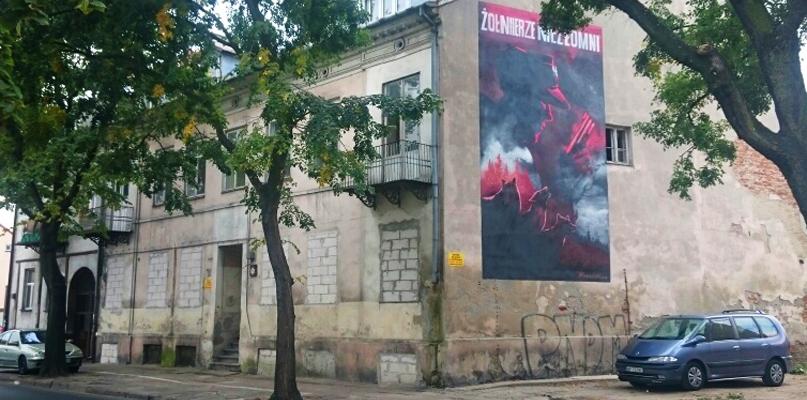 Już jest! Nowy mural z Wyklętymi ozdobił ścianę na starówce - Zdjęcie główne