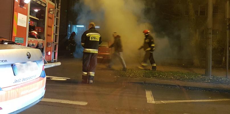 W centrum miasta samochód stanął w płomieniach - Zdjęcie główne