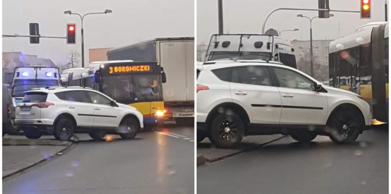 Niecodzienna sytuacja na Podolszycach. Auto stoczyło się na jezdnię - Zdjęcie główne
