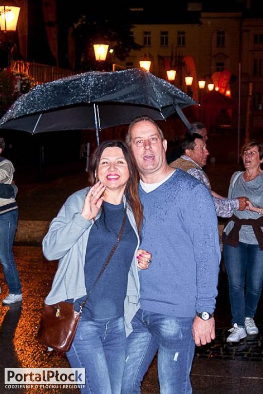 Potańcówka w deszczu na starówce - Zdjęcie główne