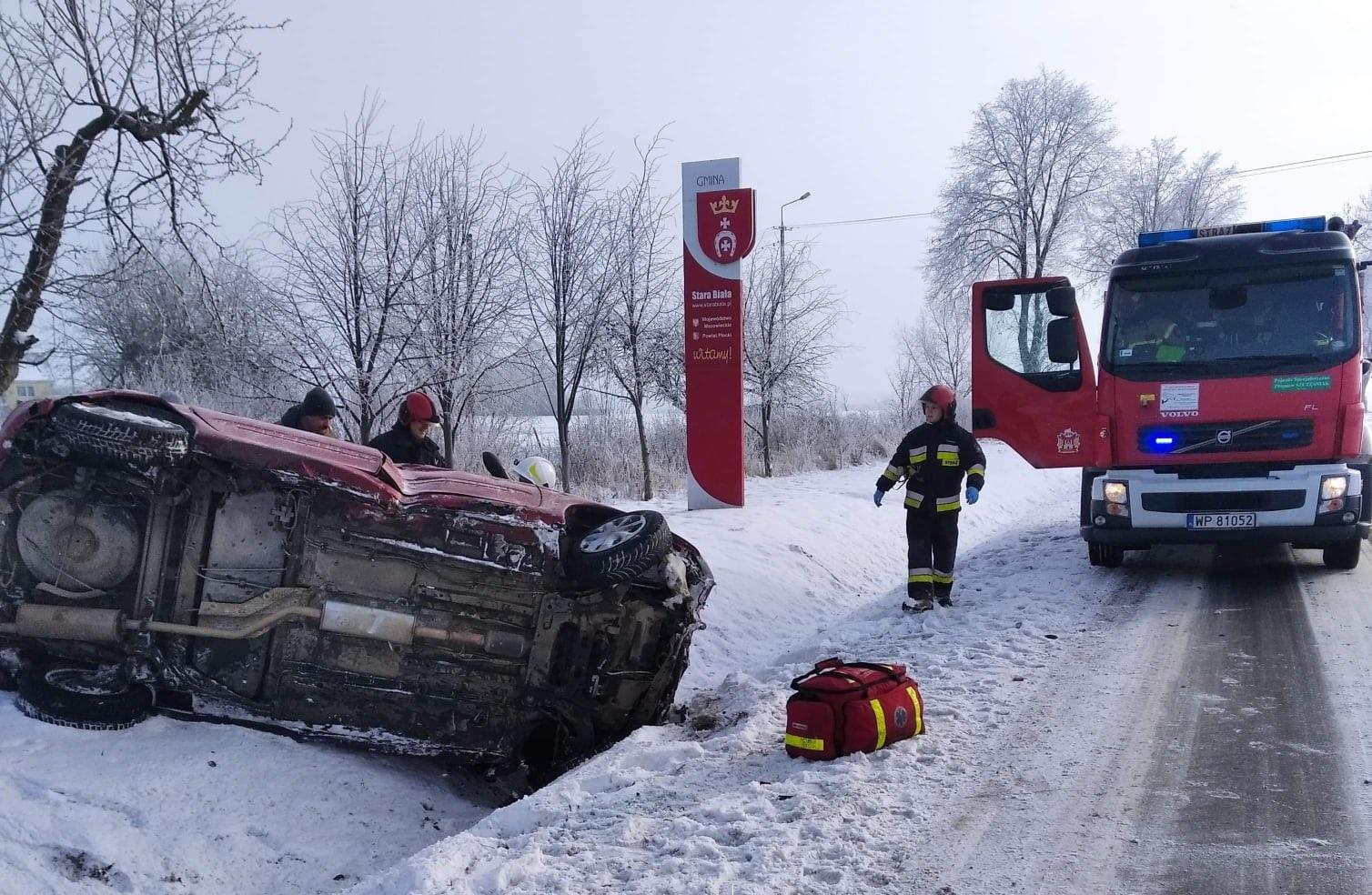 Wypadek pod Płockiem. Dwa samochody wylądowały w przydrożnym rowie [ZDJĘCIA] - Zdjęcie główne