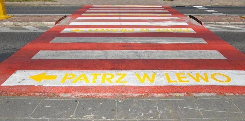 Zobaczcie nietypowe pasy dla pieszych z podpowiedziami - Zdjęcie główne