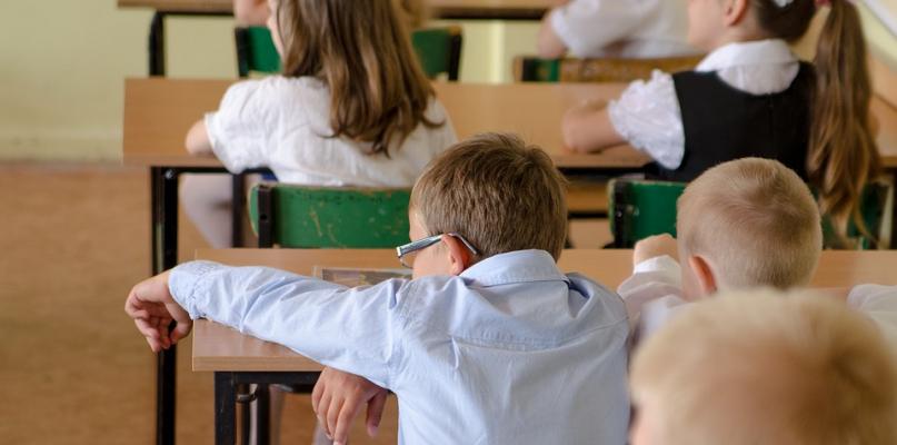 Zabrzmi dzwonek. Niemal 14 tys. uczniów zasiądzie w szkolnych ławkach  - Zdjęcie główne
