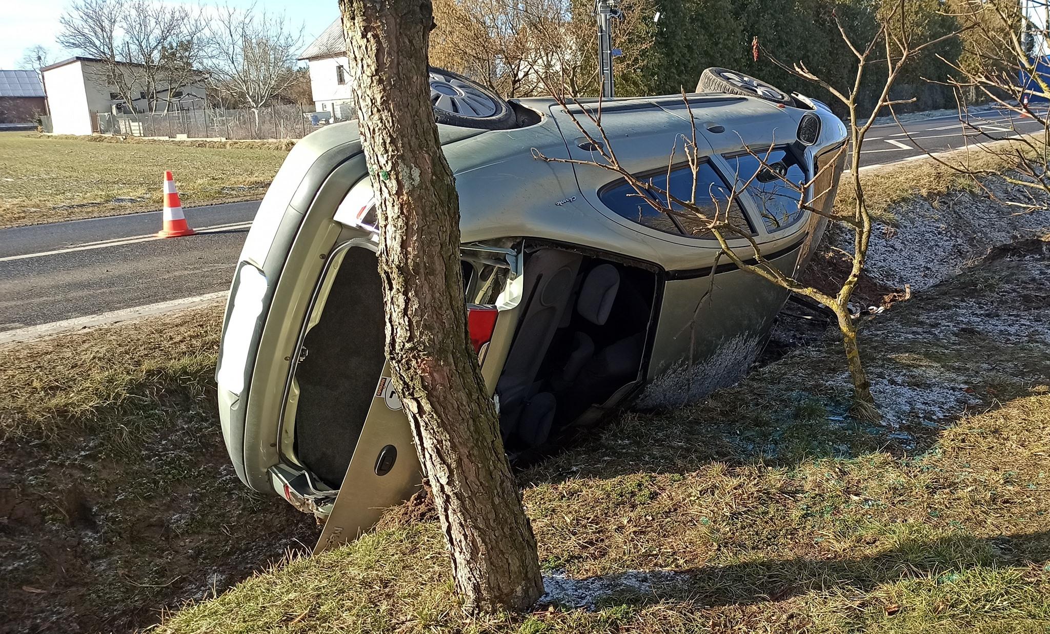 Wypadek pod Płockiem. Auto wpadło do przydrożnego rowu [ZDJĘCIA] - Zdjęcie główne