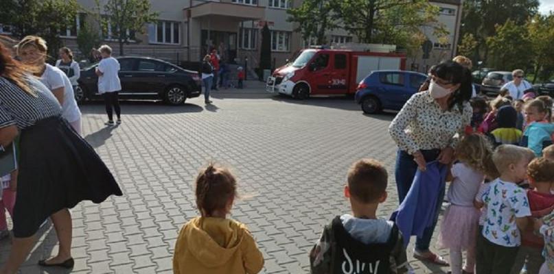 Alarmy bombowe w Płocku i powiecie. Ewakuacja w kilku szkołach i przedszkolach - Zdjęcie główne
