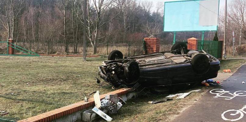 Auto kilka godzin leżało na dachu. Gdzie kierowca? - Zdjęcie główne