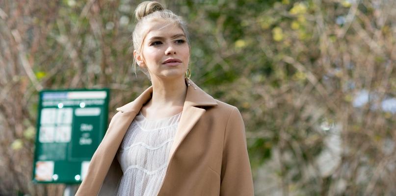 Beżowy płaszcz idealny na zimę - Zdjęcie główne