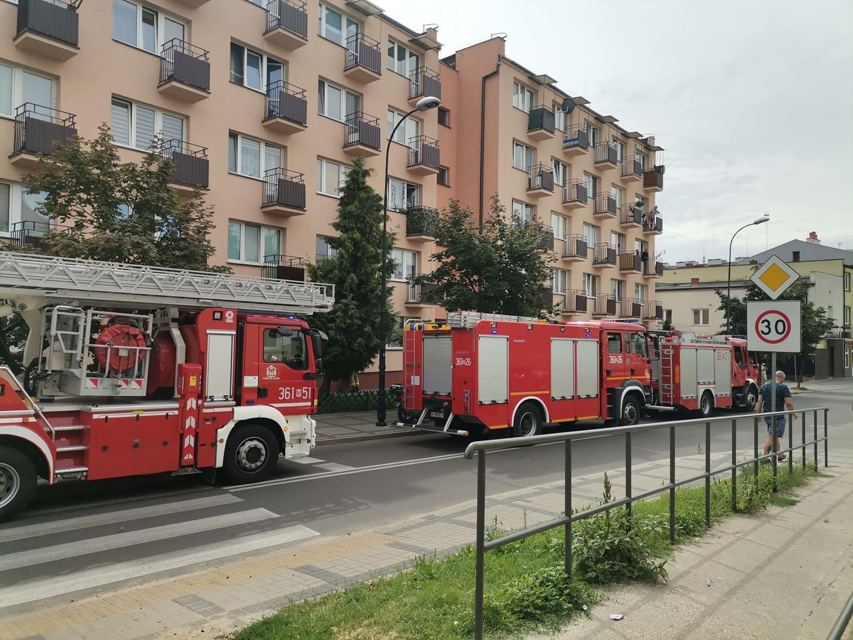 Straże pożarne i policja pod blokiem w centrum [ZDJĘCIA] - Zdjęcie główne