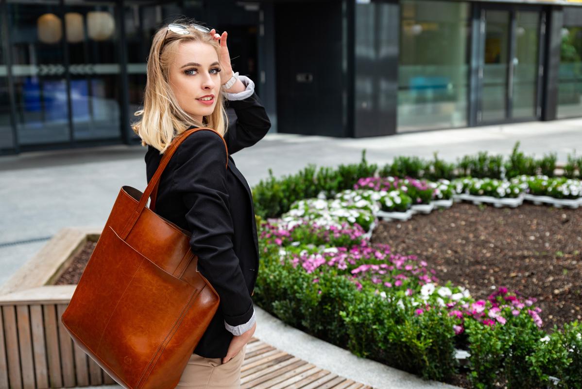 Kiedy możesz pozwolić sobie na plecak a kiedy powinnaś postawić na torebkę? Poradnik stylizacyjny  - Zdjęcie główne
