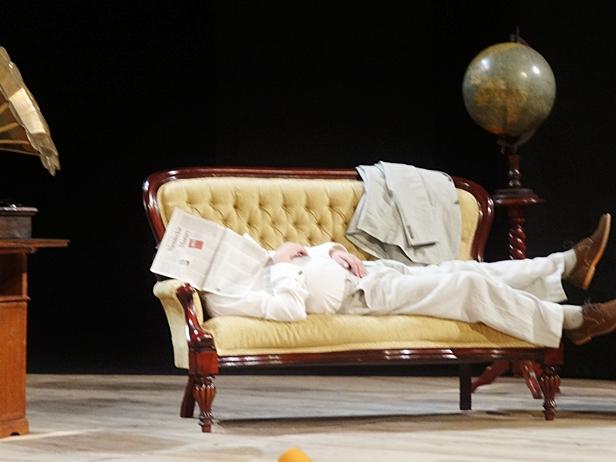 Przykryty gazetami zasnął na scenie [FOTO] - Zdjęcie główne