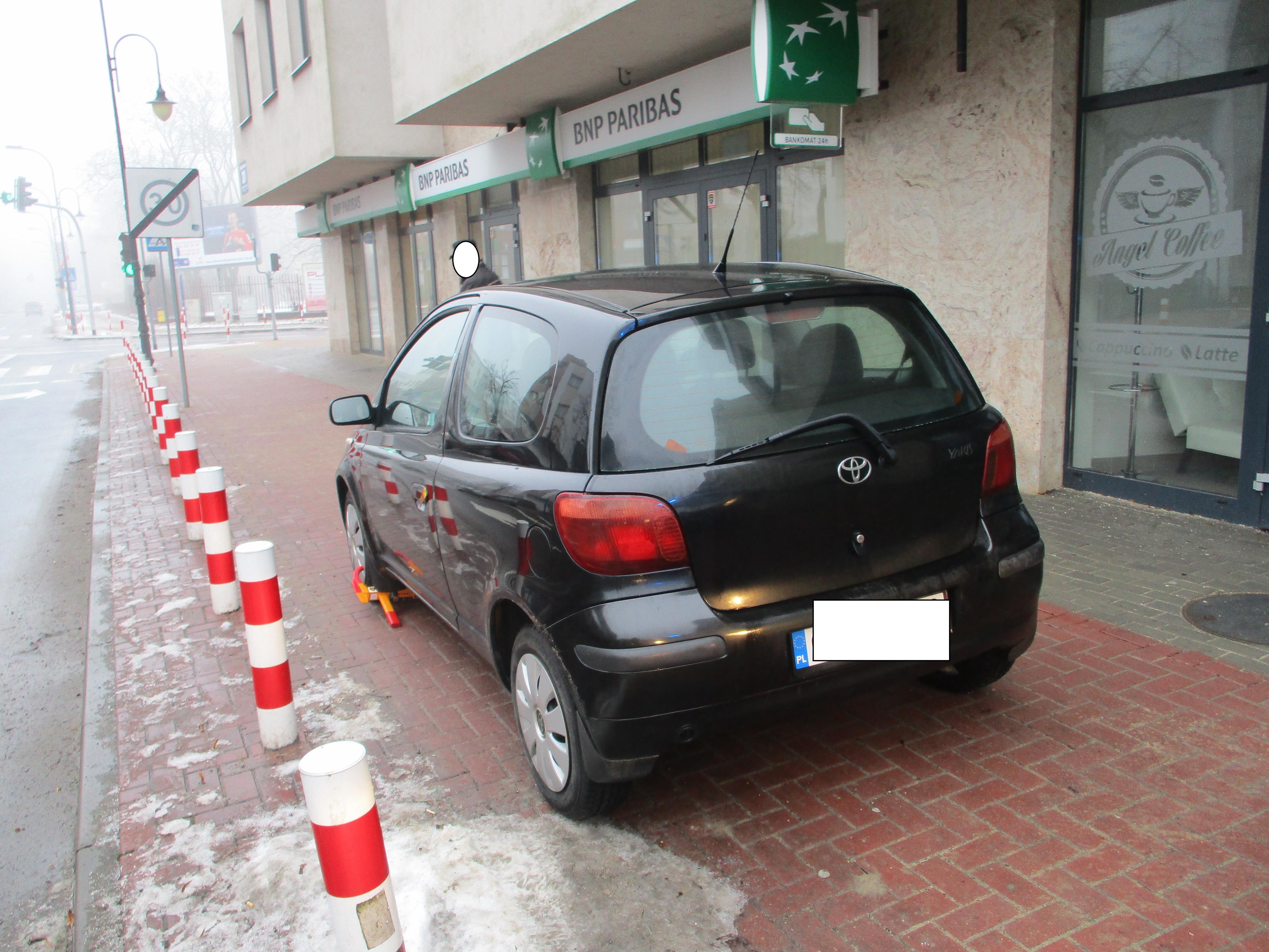Mistrzów parkowania w Płocku nie brakuje. Straż miejska publikuje zdjęcia i ostrzega: to słono kosztuje [FOTO] - Zdjęcie główne