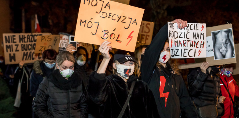 Wtorkowy protest kobiet w Płocku. Przed siedzibą PiS i Kurii [FOTO] - Zdjęcie główne