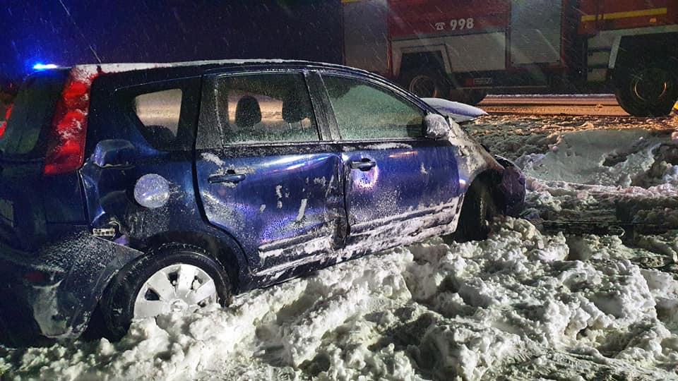Wypadek pod Płockiem. 63-latka zjechała z drogi i uderzyła w drzewo [ZDJĘCIA] - Zdjęcie główne