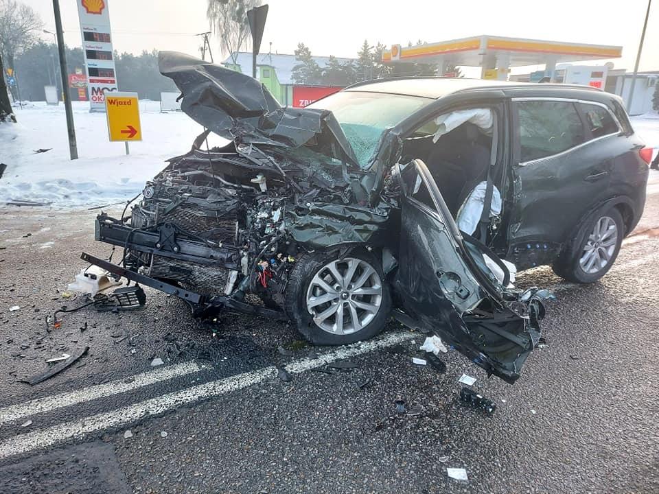 Zderzenie osobówki z ciężarówką. Kierowca zakleszczony w aucie [ZDJĘCIA] - Zdjęcie główne