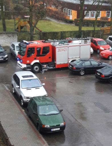 Niebezpieczna sytuacja. Straż pożarna miała problem z dojazdem - Zdjęcie główne
