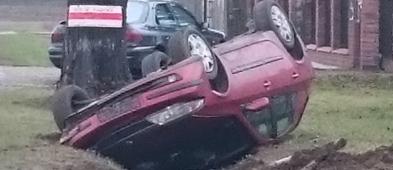Kolejne zdarzenie. Samochód wpadł do rowu i dachował  - Zdjęcie główne