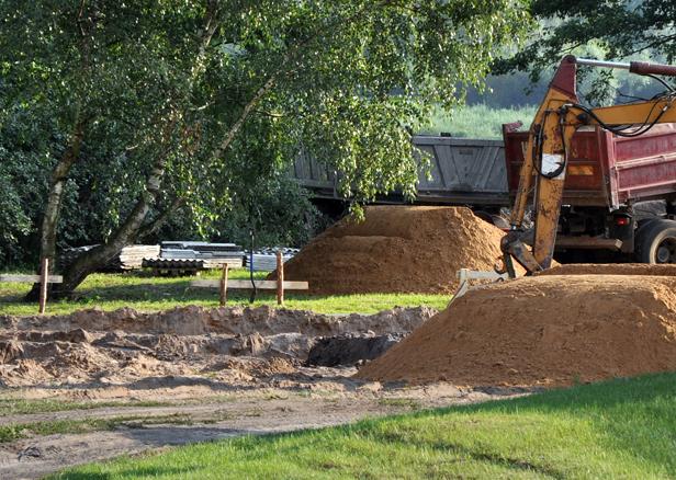 Ziemia z budowy trafia na prywatny teren… - Zdjęcie główne