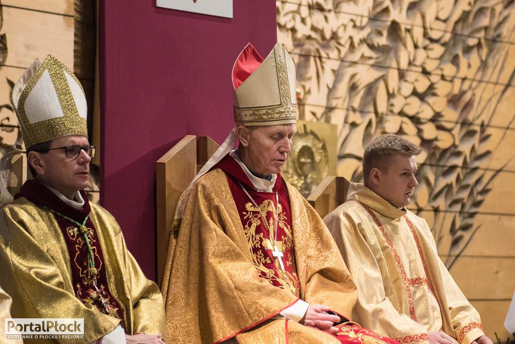 Biskup grozi palcem. Chodzi o przestrzeganie przepisów covidowych - Zdjęcie główne