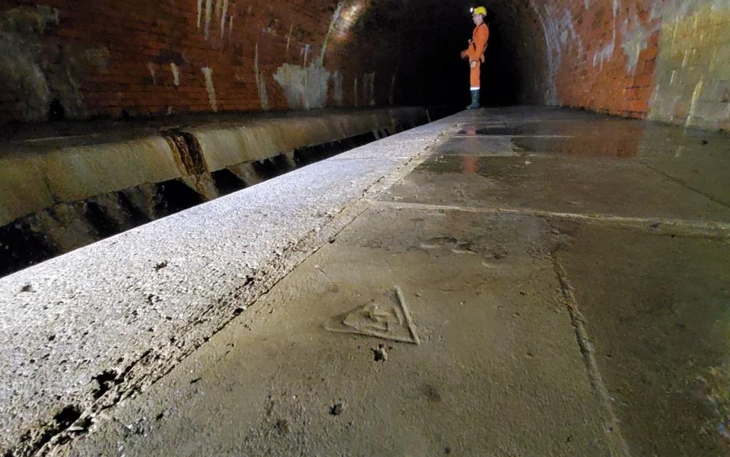 Niezwykłe historie. W kanale rzeki Łódki odkryto pierwszy logotyp Łódzkich Wodociągów. Zobacz! - Zdjęcie główne