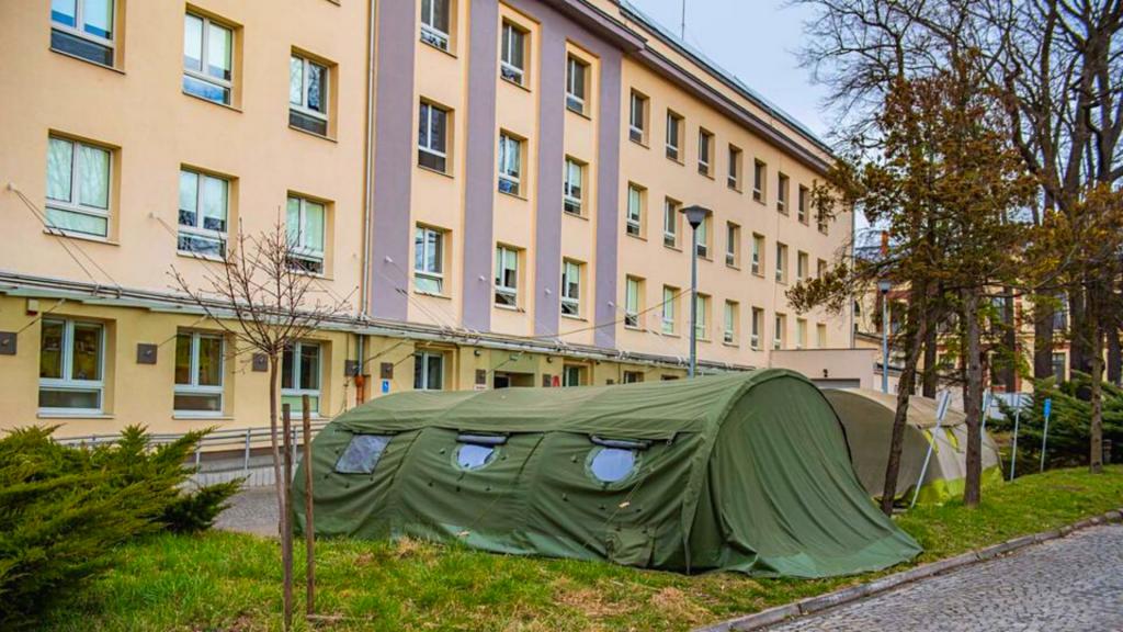 Ognisko koronawirusa w ważnym szpitalu w Łodzi. Zakażeni to pracownicy Izby Przyjęć i SOR - Zdjęcie główne