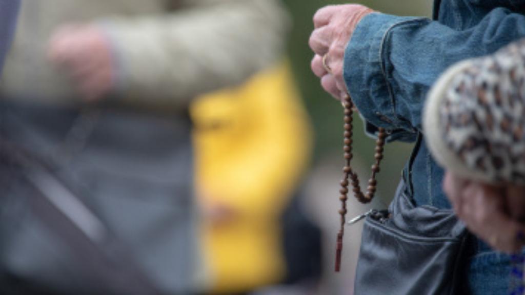 Archidiecezja Łódzka zaapelowała do wiernych o noszenie maseczek podczas nabożeństw i utrzymywanie dystansu - Zdjęcie główne