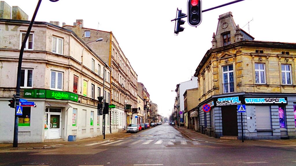 Rozbój na Zarzewskiej w Łodzi. Celowali rewolwerem do pracowników. Ukradli pieniądze - Zdjęcie główne