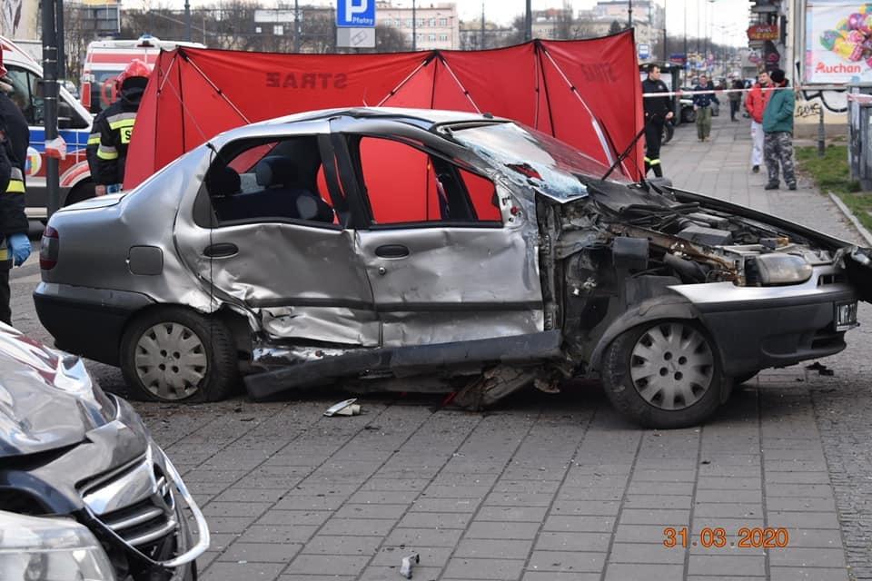 Tragiczny wypadek w centrum Łodzi. Nie żyje pasażerka jednego z aut [ZDJĘCIA] - Zdjęcie główne