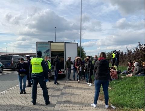 Łódzkie. Migranci przewożeni w ciężarówce! Czy powinniśmy przyjąć ich w Łodzi? - Zdjęcie główne