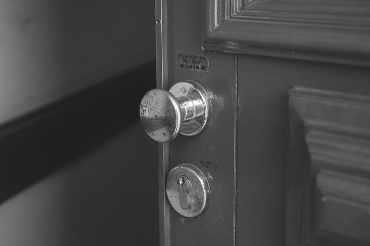 Głuchoniemy mężczyzna napadnięty we własnym mieszkaniu. Policja kazała mu zapłacić? - Zdjęcie główne
