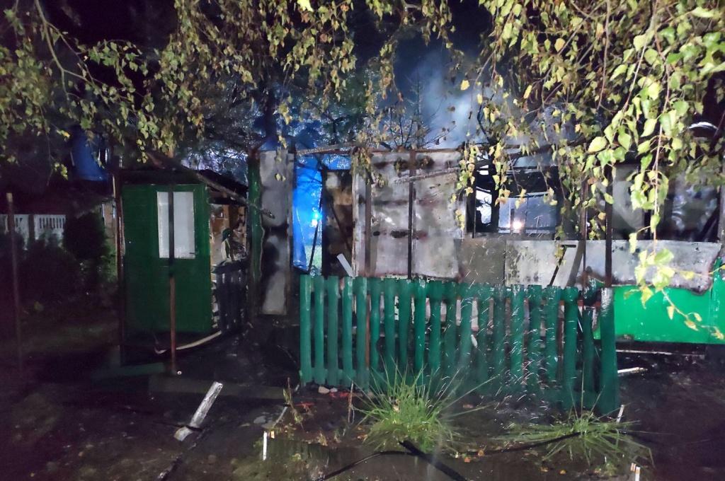 Tragedia nad jeziorem. Syn wyniósł z pożaru ciała martwych rodziców. Przyjechali z Łódzkiego [ZDJĘCIA]  - Zdjęcie główne