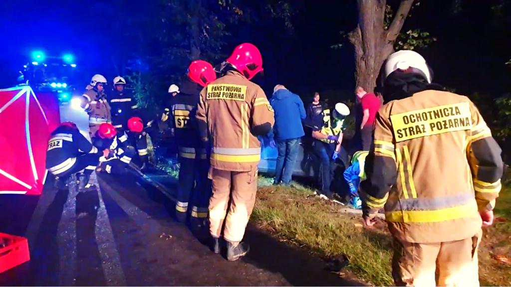 Nowe fakty. Na jezdni leżał kierowca, w rowie zniszczony samochód. Tragiczny wypadek na Byszewskiej [ZDJĘCIA Z AKCJI] - Zdjęcie główne