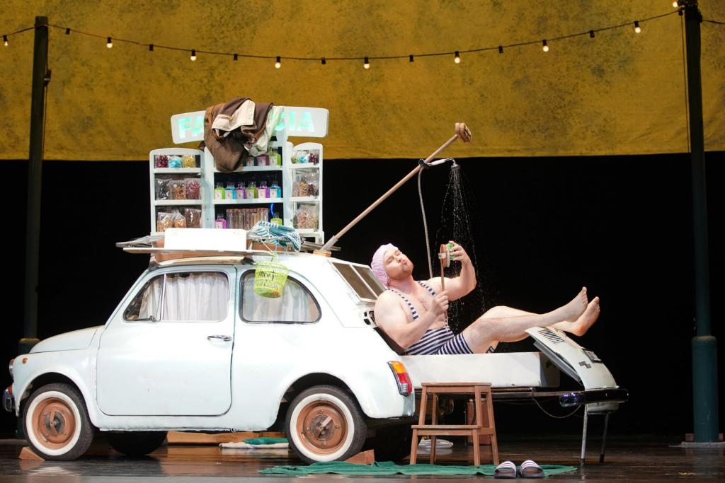 """Scena Teatru Wielkiego pełna śpiewu, medykamentów i włoskiej motoryzacji, czyli relacja z premiery """"Lo Speziale"""" - Zdjęcie główne"""