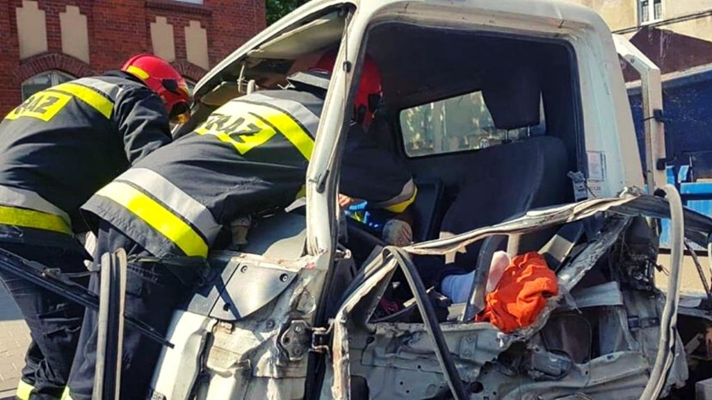Groźny wypadek na skrzyżowaniu marszałków w Łodzi. Siła uderzenia TIRa uniemożliwiła opuszczenie pojazdu [ZDJĘCIA] - Zdjęcie główne